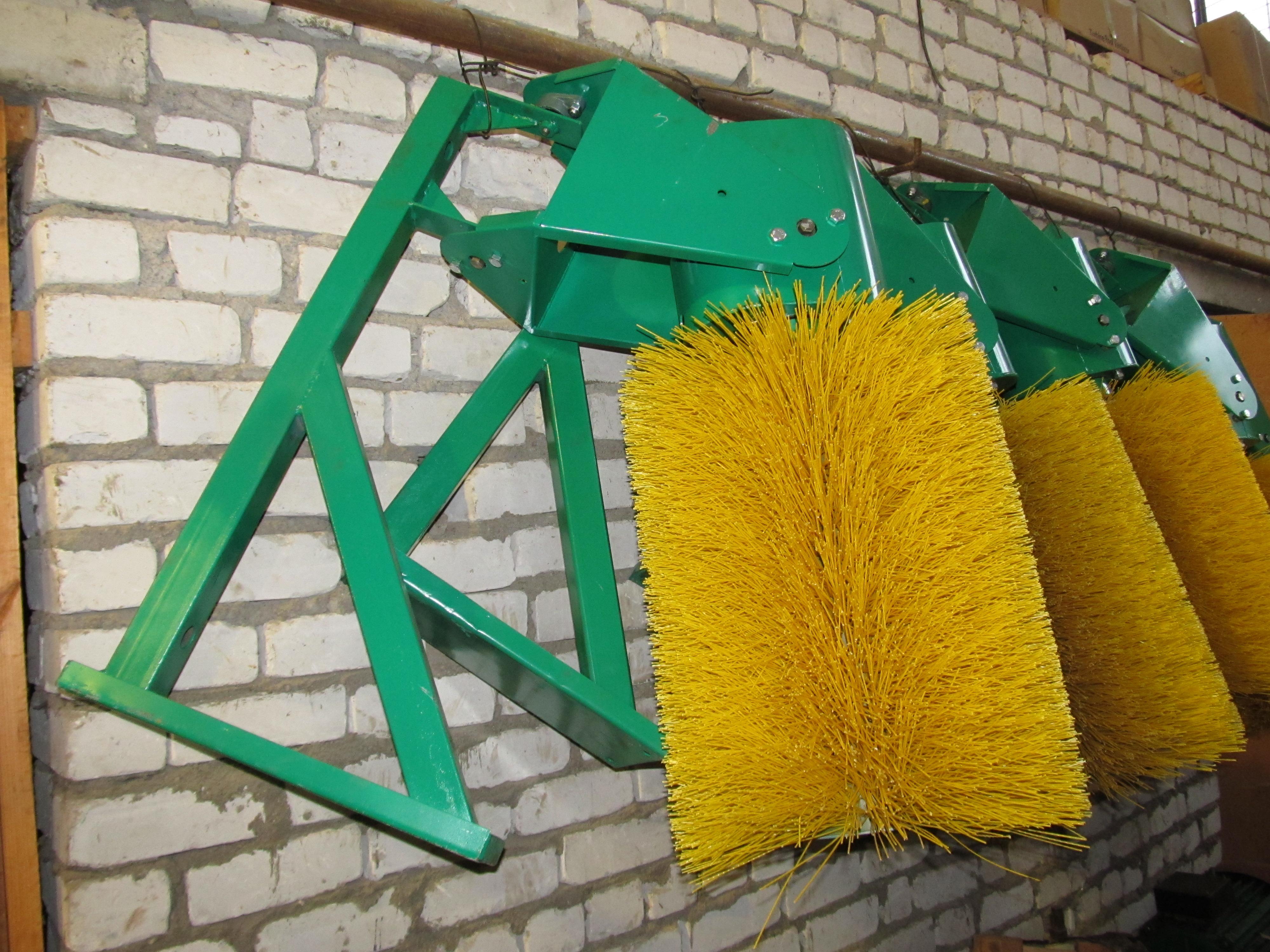 Щеточное оборудование и отвал спецтехники на базе трактора МТЗ