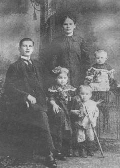Мастер Сормовского завода Иван Михайлович Дасин с женой и тремя старшими детьми
