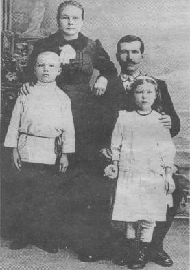 Василий Михайлович Дасин, рабочий Петербургского Металлического завода с семейством