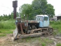 Гусеничный трактор, который будет строить новую дорогу.
