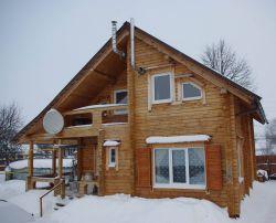 Деревянный дом на ферме.