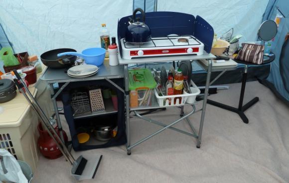стенку пришлось убрать, а кухню перенести в палатку