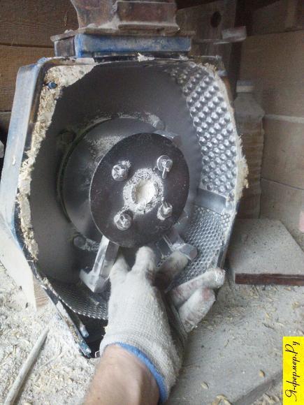 Очищаем зернодробилку.