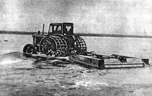 Трактор-планировщик на воде фото