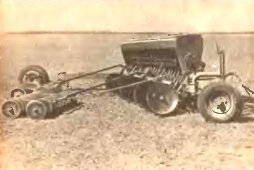 Сеялка зерновая прессовая СЗП-24 фото.