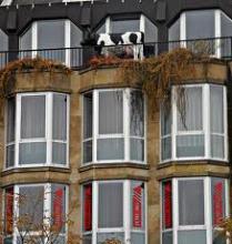 корова на балконе