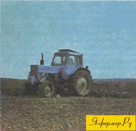 трактор работает в поле